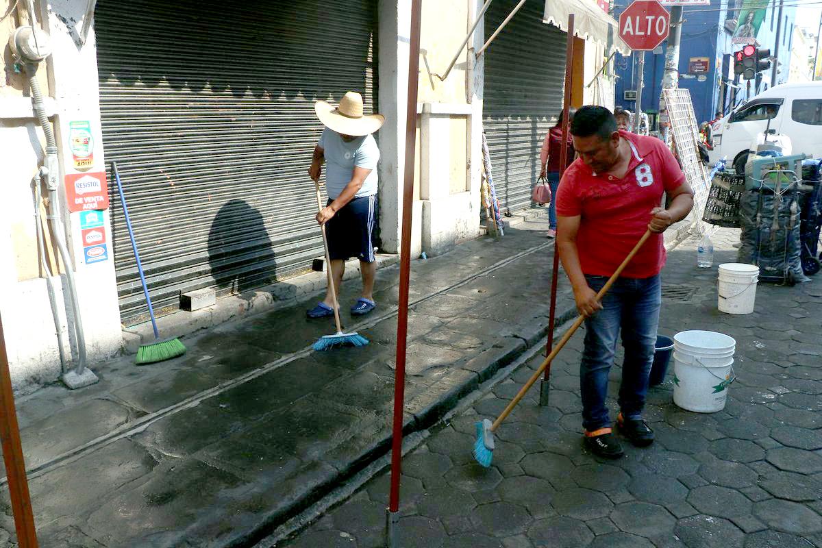 Ambulantes limpian calles del centro