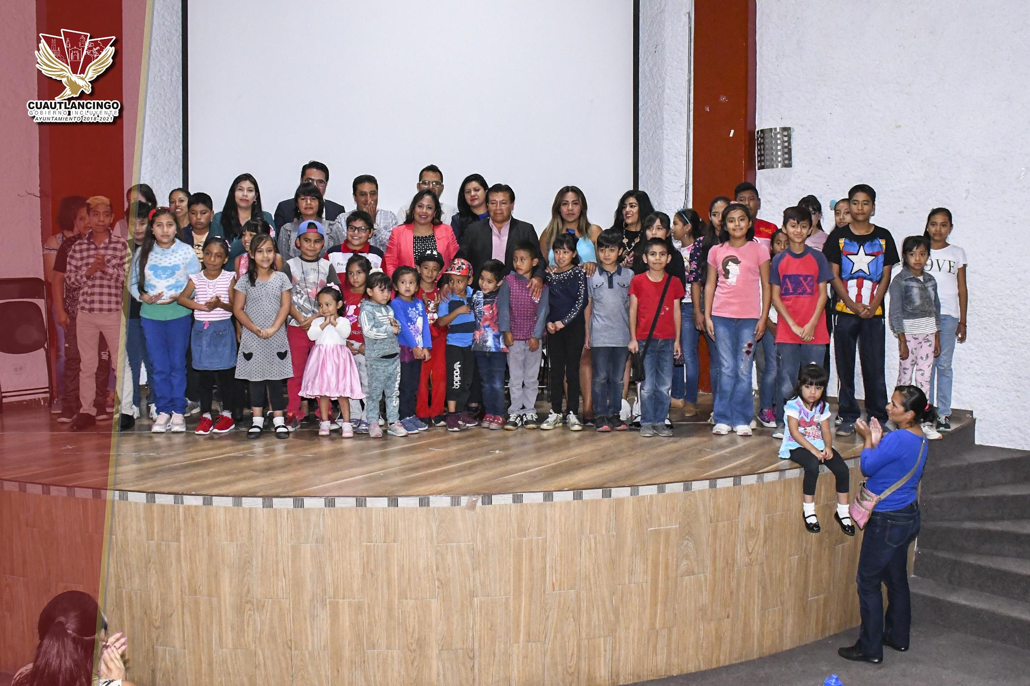 ENTREGA PRESIDENTA MUNICIPAL DE CUAUTLANCINGO, LUPITA DANIEL 52 BECAS CULTURALES A NIÑOS Y JÓVENES