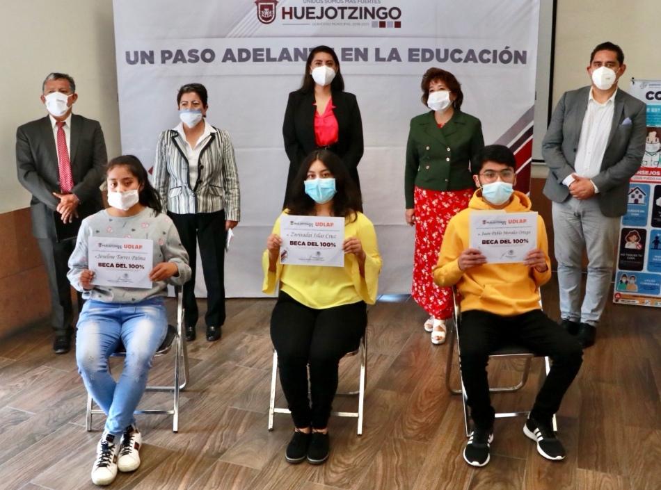 ENTREGA ANGÉLICA ALVARADO A JÓVENES DE HUEJOTZINGO BECAS DEL 100% PARA ESTUDIAR EN LA UDLAP